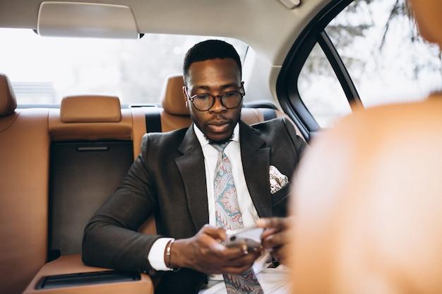 Hombre de negocios afroamericano en coche Foto gratis