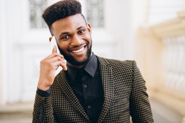 Hombre de negocios afroamericano hablando por teléfono Foto gratis