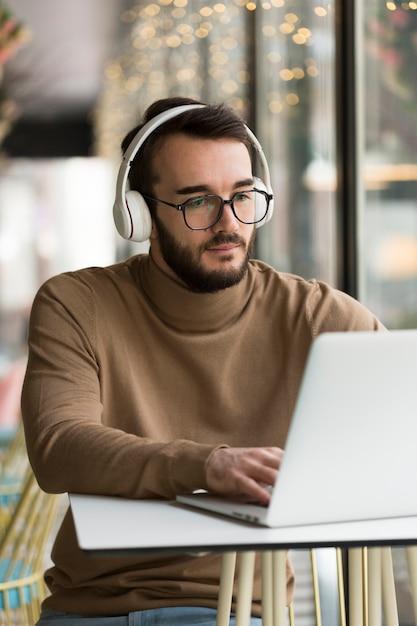 Hombre de negocios con auriculares trabajando Foto gratis