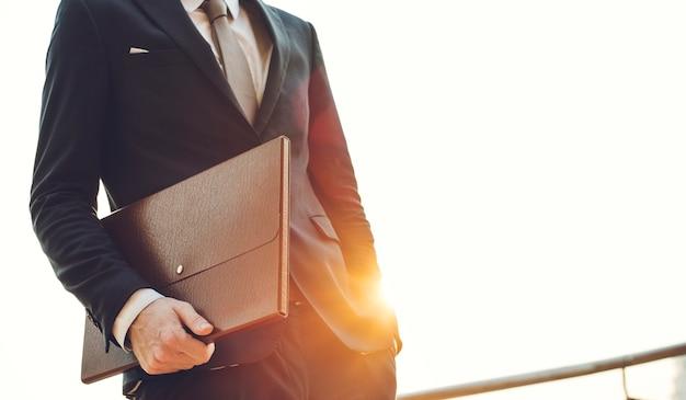 Un hombre de negocios en el camino Foto Premium