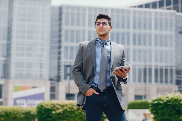 Hombre de negocios en una ciudad de verano Foto gratis