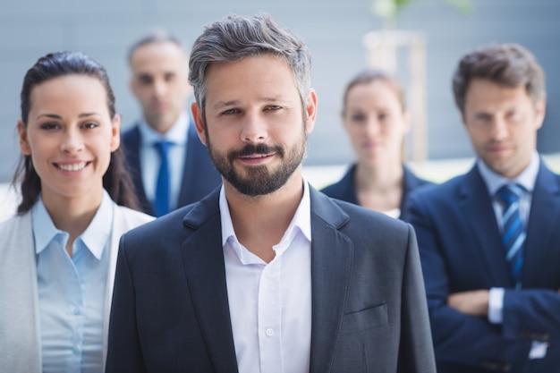 Hombre de negocios confidente con colegas Foto gratis