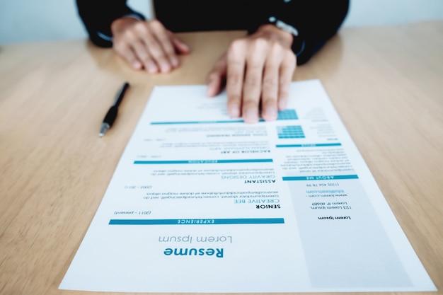 Hombre de negocios y curriculum vitae. Foto gratis