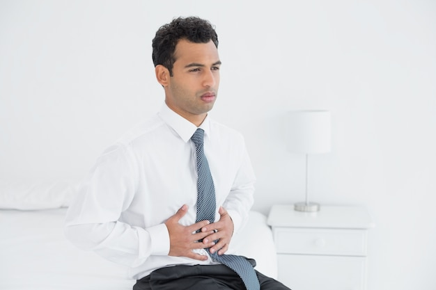 dolor de estomago en el hombre