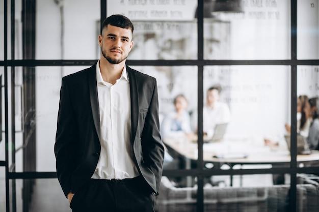 Hombre de negocios dueño de la empresa en la oficina Foto gratis