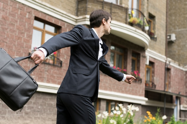 Hombre de negocios con edificio en segundo plano. Foto gratis
