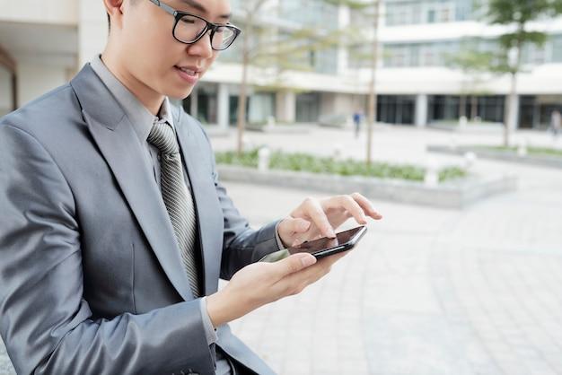 Hombre de negocios ejecutivo mensajes de texto Foto gratis