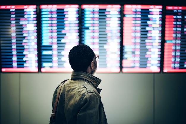 Hombre de negocios esperando el concepto de pasajero Foto Premium