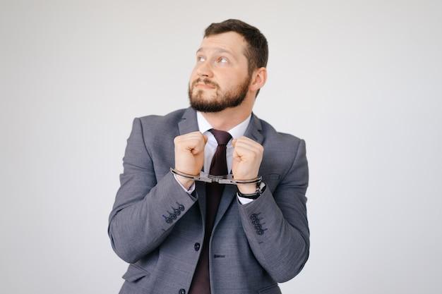Hombre de negocios esposado Foto Premium