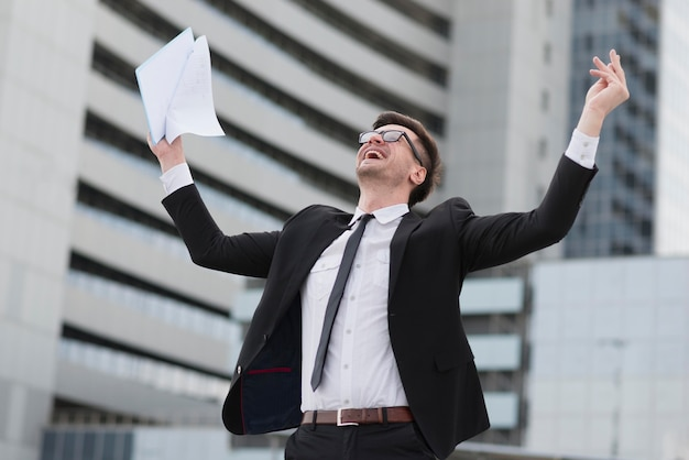 Hombre de negocios feliz de ángulo bajo Foto gratis