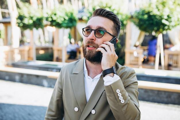 Hombre de negocios guapo joven usando el teléfono Foto gratis