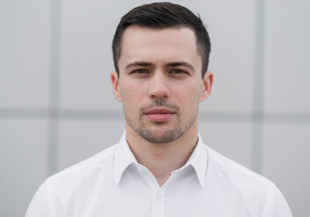 Hombre de negocios guapo posando vista frontal Foto gratis