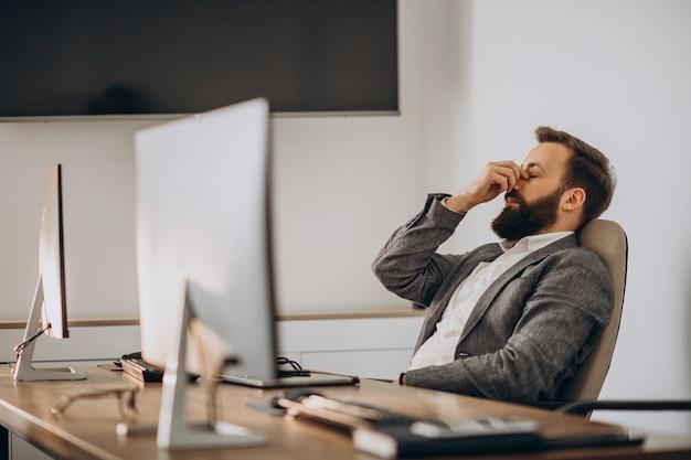 Hombre de negocios cansado trabajando