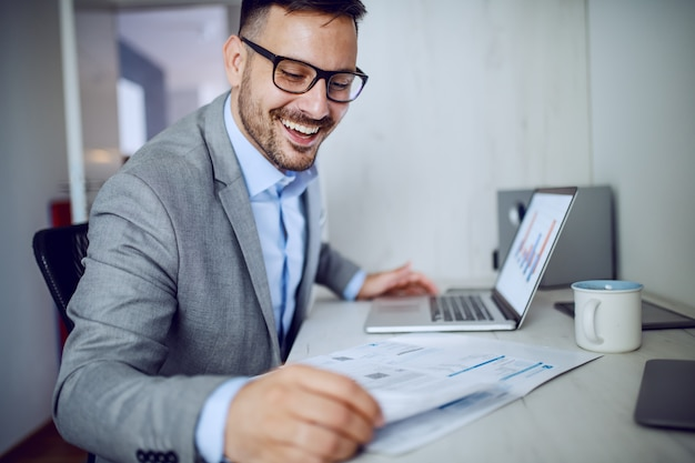 Hombre de negocios haciendo papeleo. Foto Premium