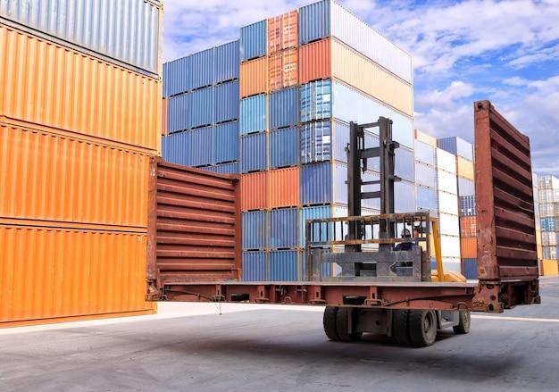 Hombre de negocios con logística de gestión de la cadena de suministro