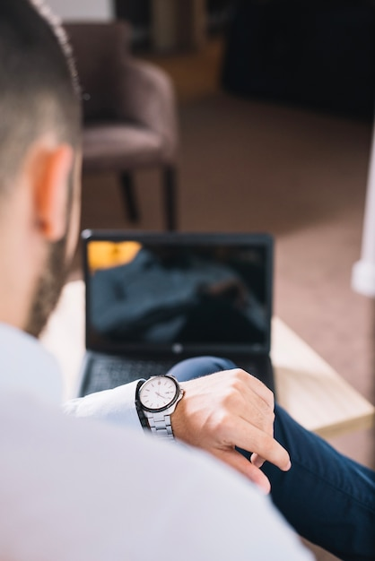 Hombre de negocios mirando el reloj de pulsera  f37802638e10