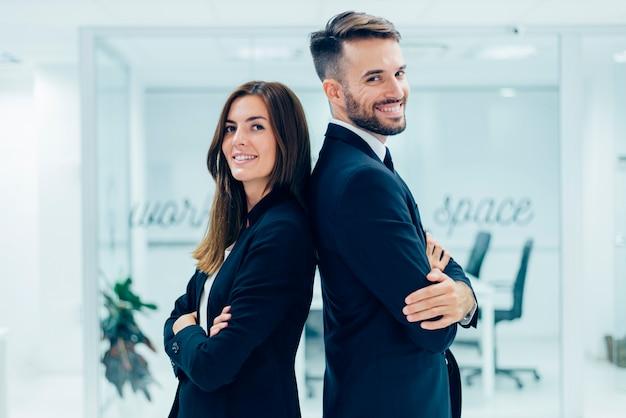 Hombre de negocios y mujer de negocios Foto gratis