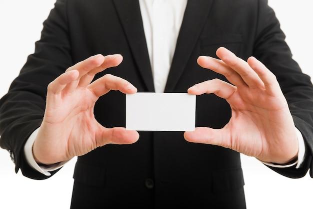 Hombre de negocios presentando tarjeta de visita con manos Foto gratis