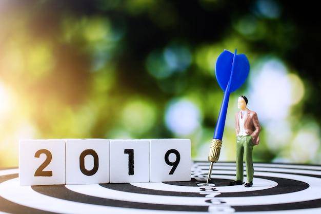 Hombre de negocios que espera en 2019 el trabajo de planificación con el objetivo y el concepto de negocio objetivo Foto Premium