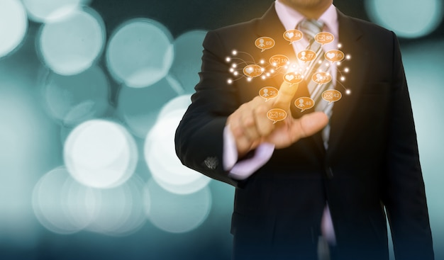 Hombre de negocios que señala el desarrollo del concepto del gráfico y la flecha al negocio en línea de los medios sociales Foto Premium