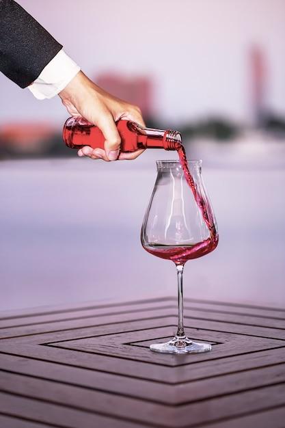 Hombre De Negocios Que Vierte El Vino Tinto En El Vaso En La