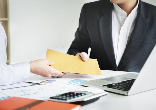 El hombre de negocios recibe dinero de soborno en sobres para empresarios para dar éxito concepto de soborno y corrupción. Foto Premium