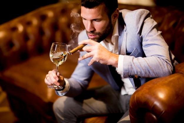 """Expresa tu momento """" in situ """" con una imagen - Página 39 Hombre-negocios-rico-bebe-vino-fuma-cigarros_52137-16097"""