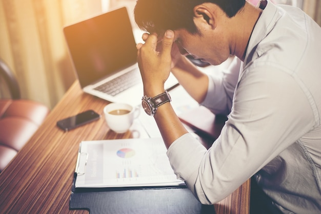 Hombre de negocios serio que trabaja con el análisis financiero en la oficina. Foto gratis