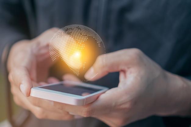 Hombre de negocios con tecnología de internet de red global de negocios de red global en teléfono inteligente. Foto Premium