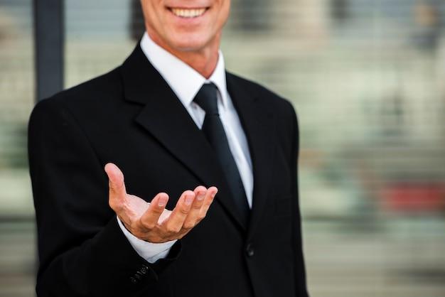 Hombre de negocios, tenencia, mano, primer plano Foto Premium