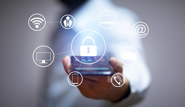 Hombre de negocios, tenencia, smartphone, con, candado, icono Foto Premium