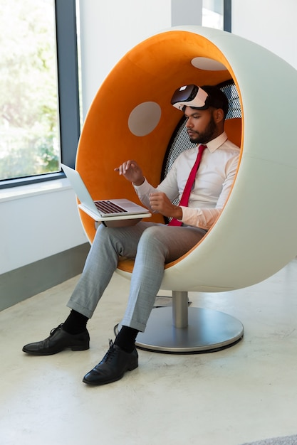 Hombre de negocios trabajando en estudio de realidad virtual Foto gratis
