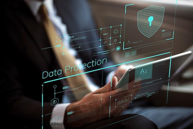 Hombre de negocios trabajando en seguridad digital en su tableta Foto Premium