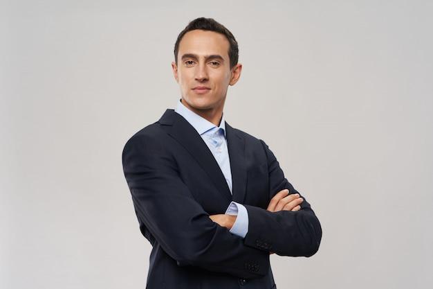 Hombre de negocios en traje posando Foto Premium