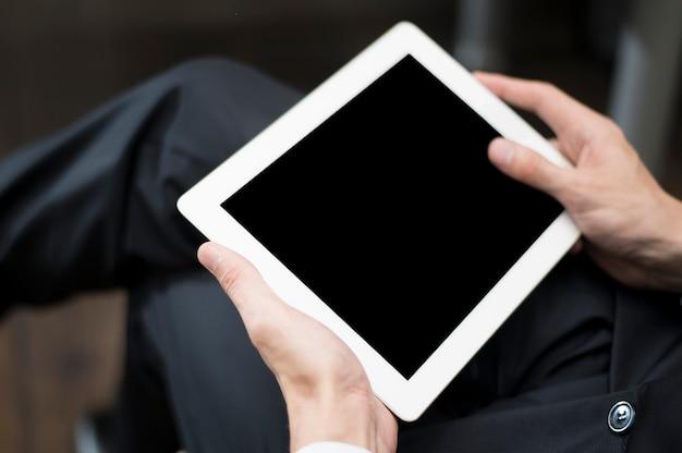 Hombre de negocios usando maqueta de tableta Foto gratis