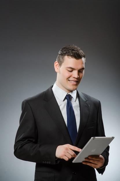 Hombre de negocios usando su tableta en concepto de negocio Foto Premium
