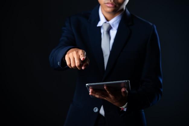 Hombre de negocios usando tableta analizando datos de ventas y gráfico de gráfico de crecimiento económico, tecnología Foto gratis