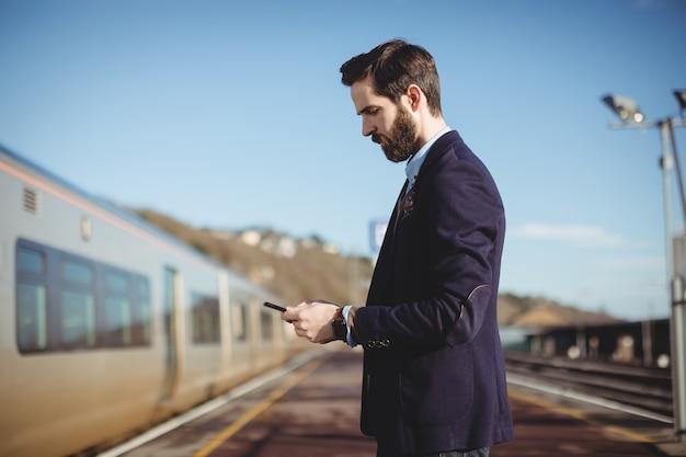 Hombre de negocios, utilizar, teléfono móvil Foto gratis