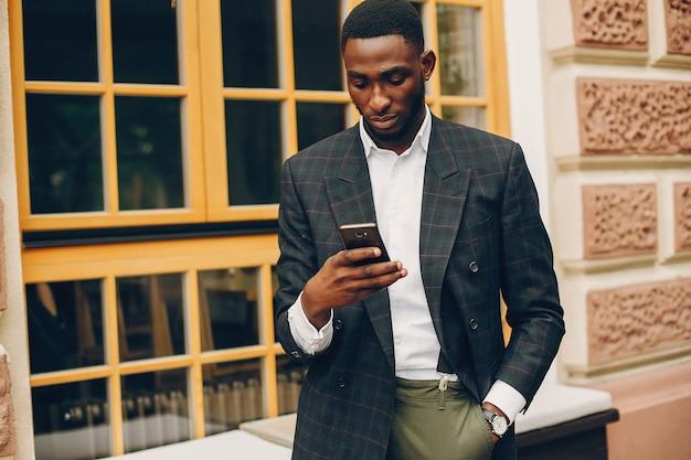 Hombre negro en una ciudad Foto gratis