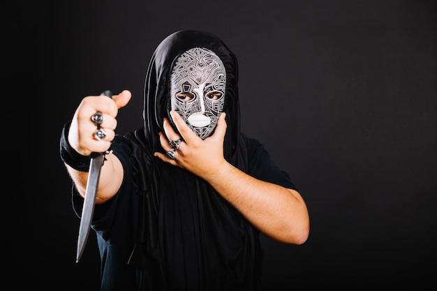 Hombre en negro con cuchillo Foto gratis