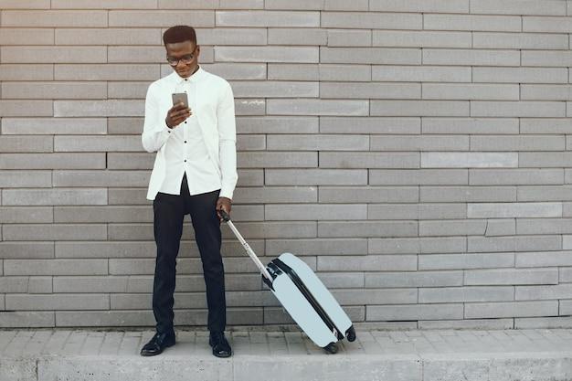 Hombre negro elegante Foto gratis
