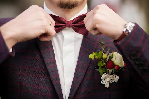 Hombre del novio en un traje de boda con mariposa Foto Premium