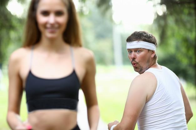 Hombre obeso haciendo mañana corriendo en el parque Foto Premium
