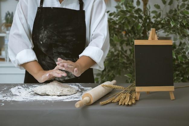 Hombre panadero prepara pan con harina Foto gratis