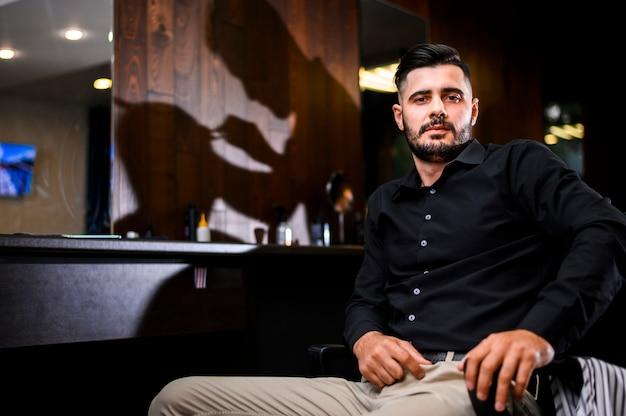 Hombre en peluquería frente a la cámara Foto gratis