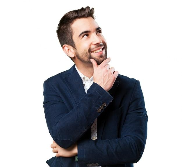 Hombre pensativo sonriendo Foto Gratis