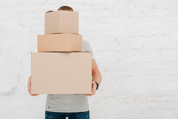 Hombre con pila de cajas Foto gratis