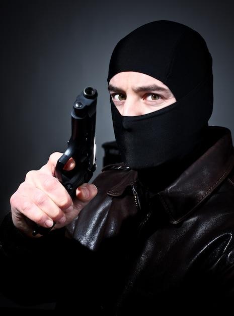 Hombre con una pistola Foto Premium