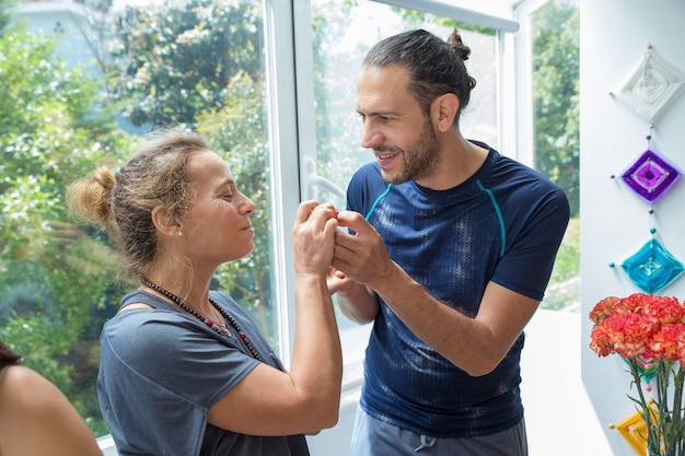 Hombre positivo y mujer charlando en la cocina Foto gratis