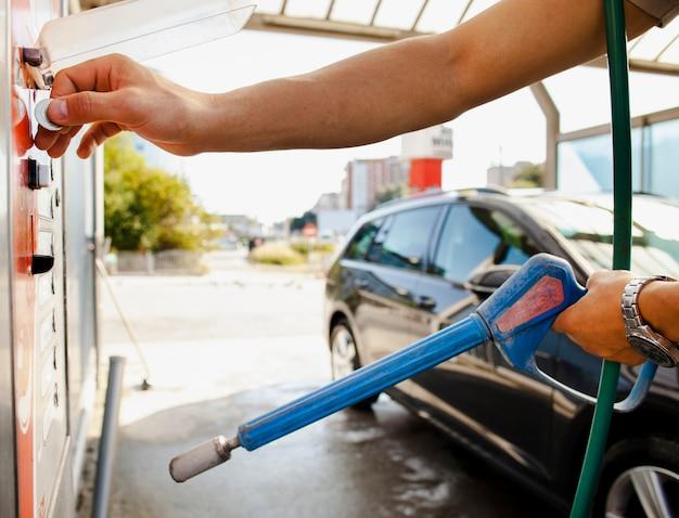 Hombre preparándose para lavar su auto Foto gratis